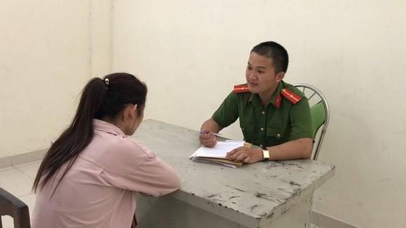 警方向嫌犯阮氏翠姮錄取口供。(圖源:HT)