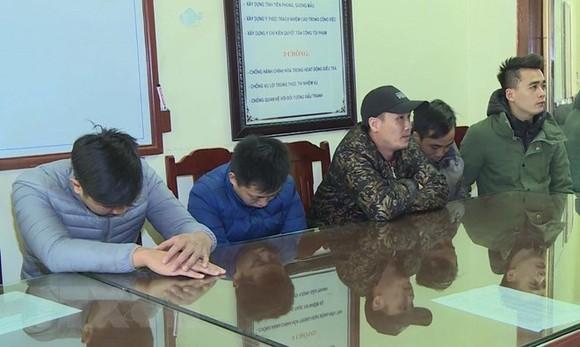 被扣押的5名嫌犯。(圖源:越通社)