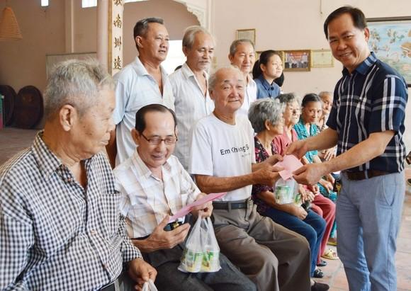 徐有燦理事長向高齡宗親敬送禮物和現金。