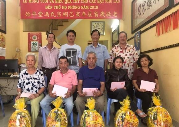 馮氏宗祠理事向各位65歲以上的宗親父老拜年並贈送敬老禮物。