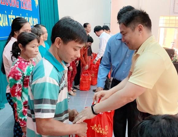 Sunny World 投資與發展股份公司董事長兼總經理張敬榮向 檳椥省政策家庭贈送禮物。