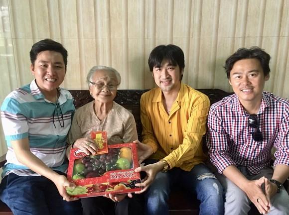 華青向顏氏喜大娘贈送禮物。