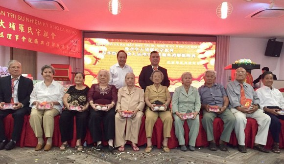 羅志榮理事長(後排右一)向長者贈送禮物。