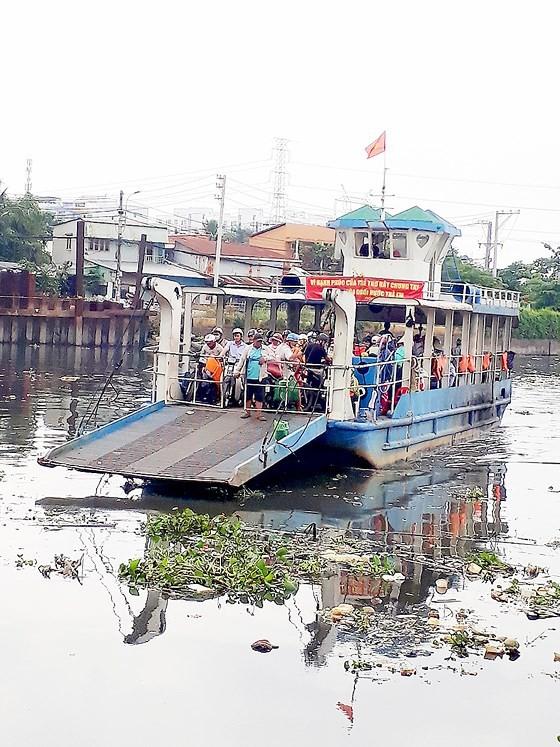 不少乘客乘搭富定渡輪時,身上沒有穿著救生衣。