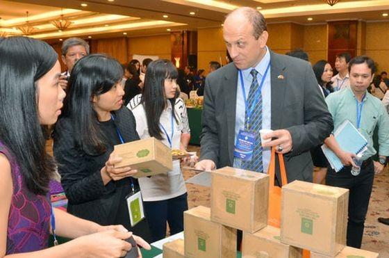 越南企業向國際客戶推介產品。(圖源:晉盛)