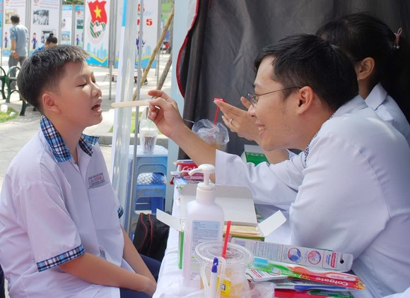 醫生為民眾檢查牙齒。