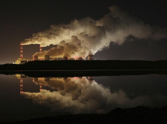 國際能源署(IEA)26日表示,伴隨使用化石燃料而產生的2018年全球二氧化碳排放量比2017年增加1.7%,約為330億噸。(圖源:AP)