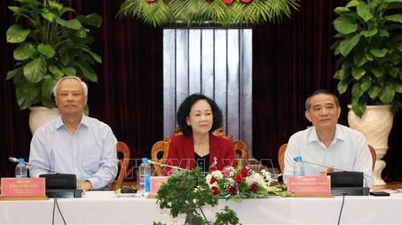 中央民運部長張氏梅同志(中)主持會議。(圖源:越通社)