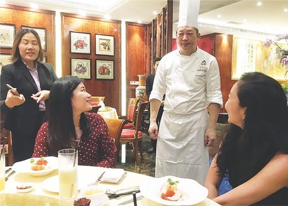 蕭顯志名廚與越南食客交流。
