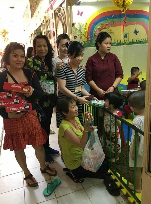 應氏蓮和商販們將餅乾發給孤兒。