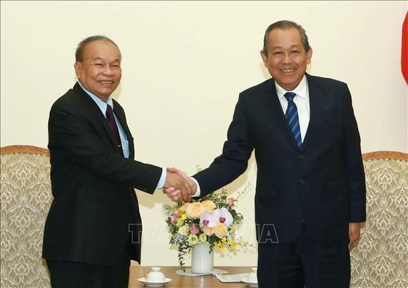 政府常務副總理張和平(右)接見柬埔寨禮儀與宗教部大臣亨柴。(圖源:越通社)