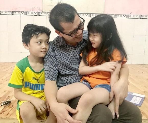 阮明政與其收養的孩子們。