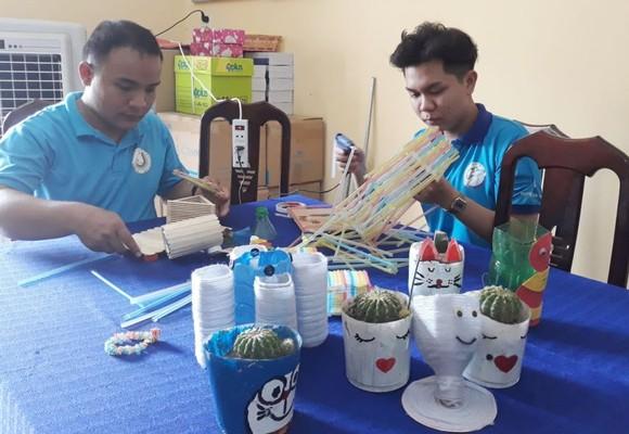 年輕人利用塑料垃圾製造用品。(圖源:芳芳)