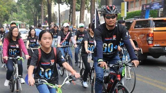 人們在范玉石街上騎自行車。