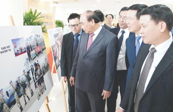 阮春福總理參觀對外通訊 圖片展。(圖源:互聯網)