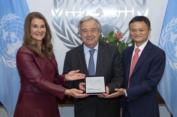 聯合國10日於紐約總部發佈世界數字經濟報告。該報告由聯合國數字合作高級別小組調研撰寫而成。左起為小組聯合主席、比爾及梅琳達‧蓋茨基金會(Bill & Melinda Gates Foundation)聯合創始人梅琳達‧蓋茨(Melinda Gates)、聯合國秘書長古特雷斯(António Guterres),以及小組聯合主席、阿里巴巴集團董事局主席馬雲。(圖源:互聯網)