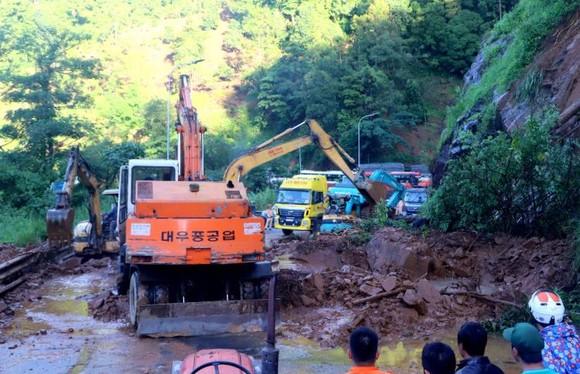 救援力量在清理盤山道的大量沙石。(圖源:懷清)