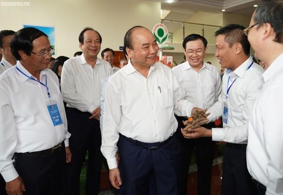 政府總理阮春福與代表交談。(圖源:光孝)
