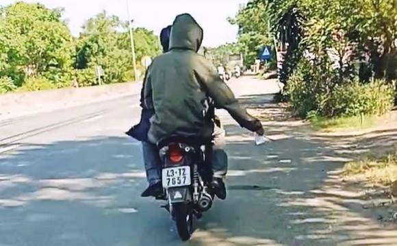 騎車載人沿路散發小廣告者受罰款。(圖源:視頻截圖)