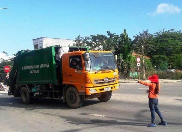垃圾車被民眾攔截,不准許進入垃圾場。(圖源:HH)