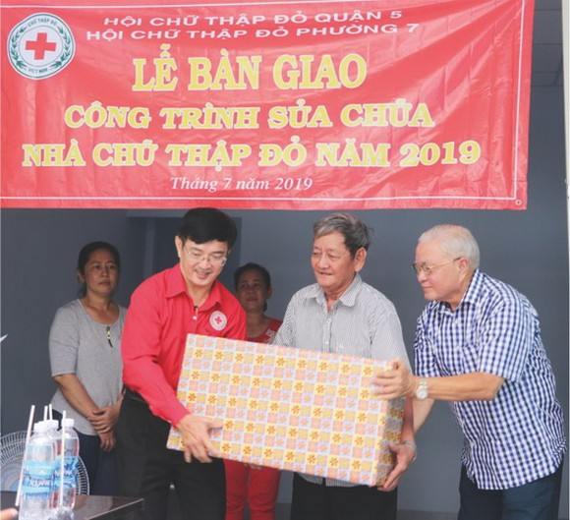 黎勳峰主席與華人企業家呂永雄 向阮晉光贈送禮物。