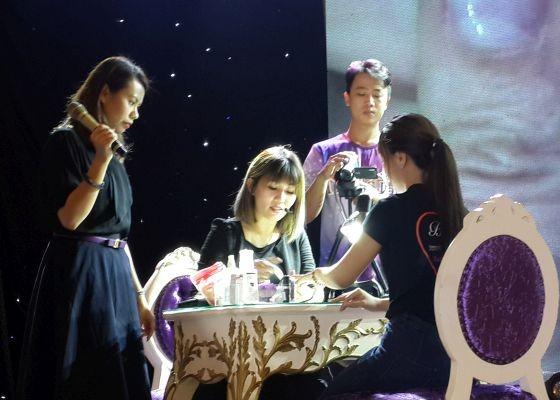 新加坡美甲導師傅玲凌介紹新加坡美甲新技藝。