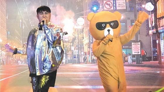 李志成與人偶演出的節目。