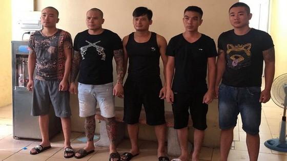 被起訴的杜文光(左二)及其4名團夥。(圖源:警方提供)