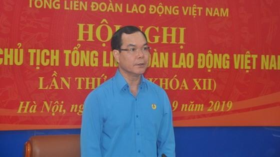 越南勞動總聯團主席阮廷康在會議上發表結論。(圖源:勞動報)