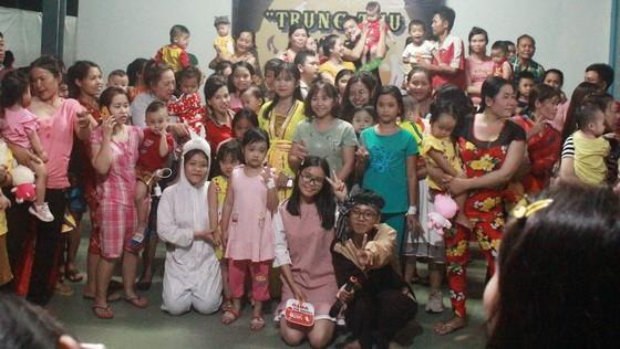 市師大中文系大學生向清貧病童贈送禮物。
