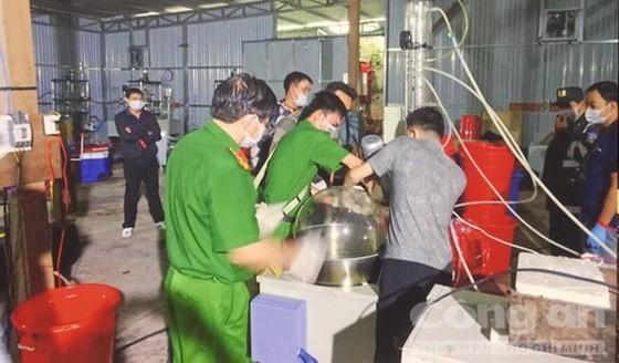 職能力量突擊檢查時人贓並獲7名歹徒,扣留大量綜合毒品及毒品前體物質。(圖源:市公安報)