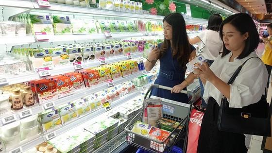 中國消費者在超市選購Vinamilk產品。