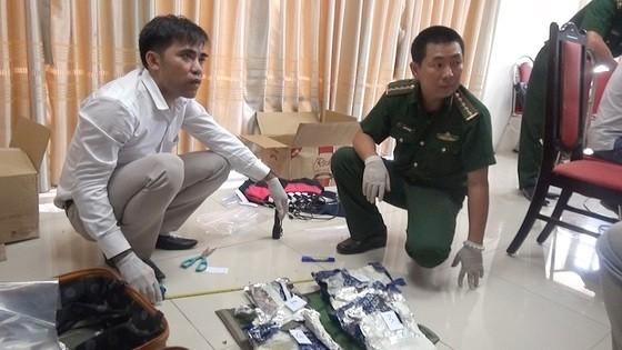 警方向媒體展示所起獲的毒品。(圖源:阮煌)