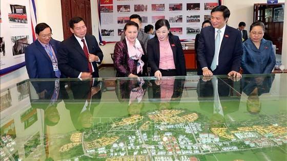 國會主席阮氏金銀(左三)參觀萬象省基礎設施發展模式。(圖源:越通社)