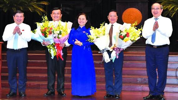 市領導祝賀兩位新市人委會委員。