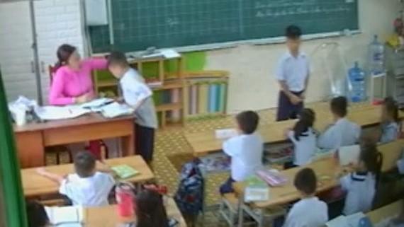 一名學生在課堂上遭女教師揪耳朵。(圖源:監控視頻截圖)