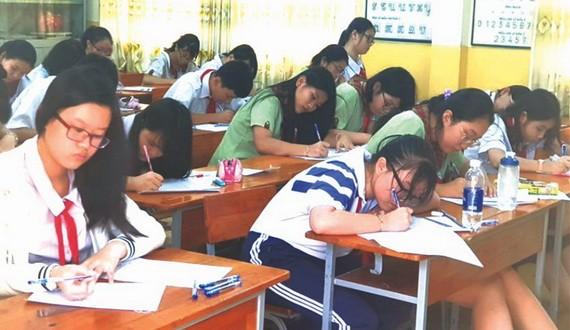 華人學生參加郡級九年級優秀生華文科考試。