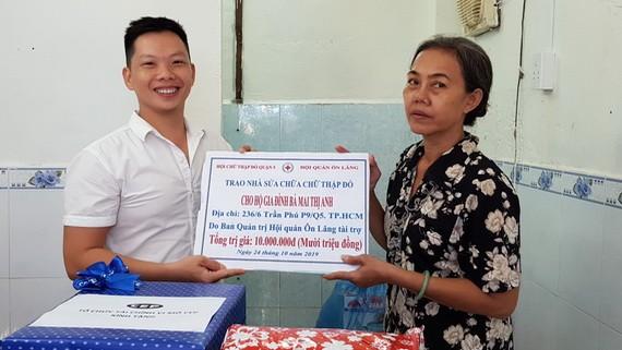 溫陵會館理事林曉東將贊助善款轉交給黎氏香。