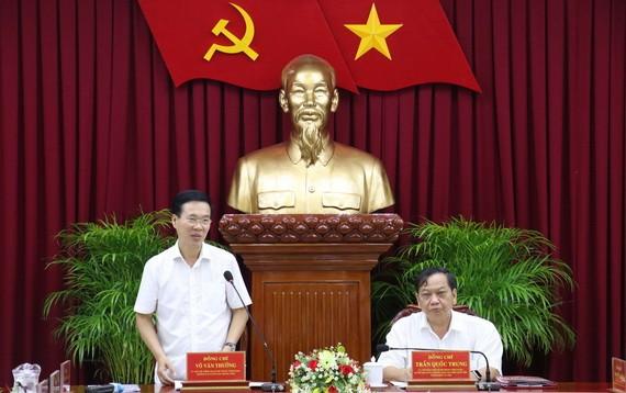 中央宣教部長武文賞(左)在會議上發言。(圖源:越通社)