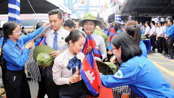 胡志明共青團中央書記、越南青年國家委員會常務副主任阮玉良與500多名青年出席日本丸船歡迎儀式。(圖源:國清)