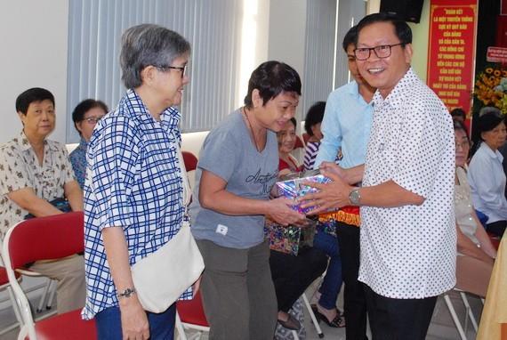 市民族處副主任曾錦榮向華人教師贈送禮物。