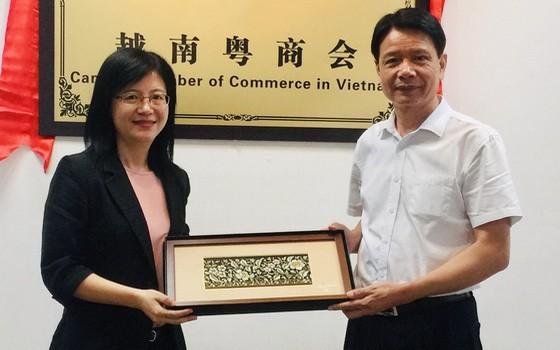 何綺君會長(左)向徐豐培先生贈送紀念品。