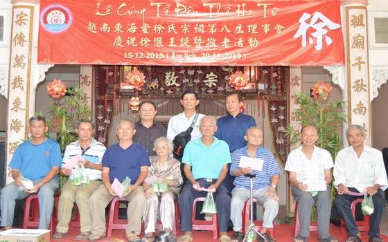 徐氏宗祠眾理事向高齡宗親敬送禮物。