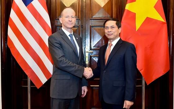外交部常務副部長裴清山(右)與美國務卿助理戴維‧史迪威舉行會談。(圖源:外交部)