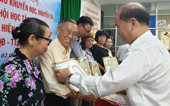 華人家庭戶李文福和王沛川榮獲表彰。