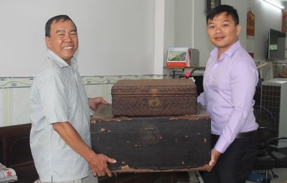 本報發行部老員工周志雄(左)向麒麟捐出多件極具歷史價值的華人文物。