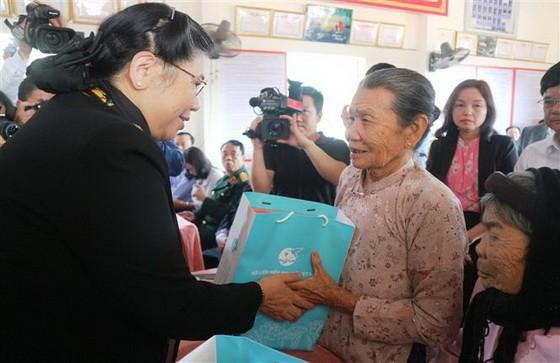 國會常務副主席從氏放(左)分別向兩位越南英雄母親陳氏妙及阮氏妹贈送春節禮物。(圖源:越通社)