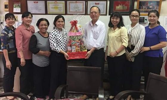 第五郡婦聯會向穗城會館理事長盧耀南贈送禮物。