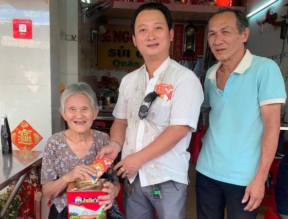 崇正興寧福利組理事長鄒國榮(中)向高齡鄉親贈送新年禮物。
