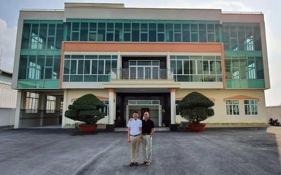 紅心公司總經理劉根全與經理劉成 發在新建工廠前合照。